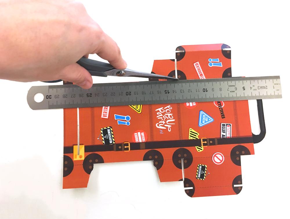 Maak 'rillijnen', oftewel groefjes in de stippellijnen. Hierdoor kan je mooie scherpe vouwen maken en het doosje netjes in elkaar vouwen. Je kunt dit doen door voorzichtig met de botte kant van je schaar een groef te maken in het papier. Gebruik hierbij een liniaal!